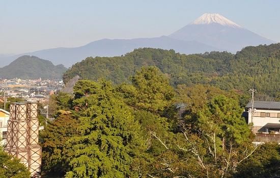 雪をかぶった富士山と反射炉の図